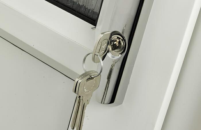 Clé coincée dans la serrure de porte en PVC